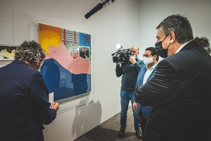 Vlaams minister-president Jan Jambon (rechts) kocht het werk van Tom Wesselman aan voor 2,1 miljoen euro.