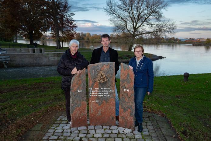 Robert Terpstra (midden) schrijft het boek 'Misrekening'. Op de foto staat hij met zijn tante Jannie Vinke (links) en moeder Ina Vinke (rechts), die in het boek voorkomen en een aanval van een spitfire overleven.