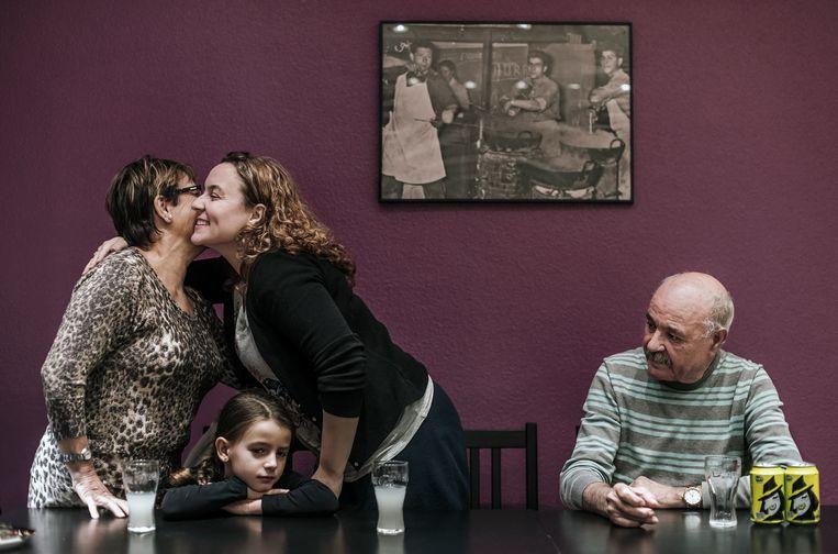 Leden van de Carrasco-clan in Vilvoorde. Yannicks nicht Melinda begroet haar ouders; petekind Inaya kijkt toe. Beeld Karoly Effenberger