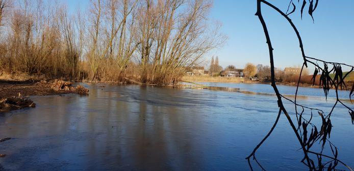 Kolk in Bemmel deels dichtgevroren