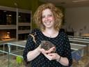 Op het Wellantcollege in Montfoort is extra aandacht voor planten, dieren en voeding. Op de foto docent Minke van der Wilk met een wandelende tak en naaktcavia.