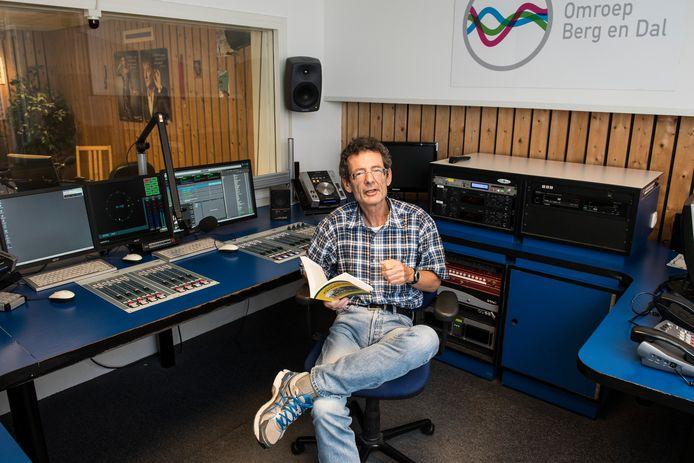Radioman Piet Buitendijk met zijn boek.