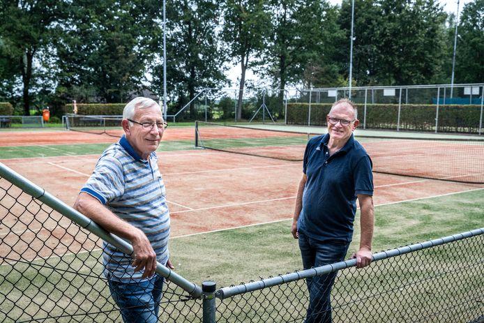 Tennisvereniging de Sprenkel in Bakel gaat padelbanen aanleggen. Op de foto penningmeester Hans Noordijk (links) en voorzitter Martien Kusters.