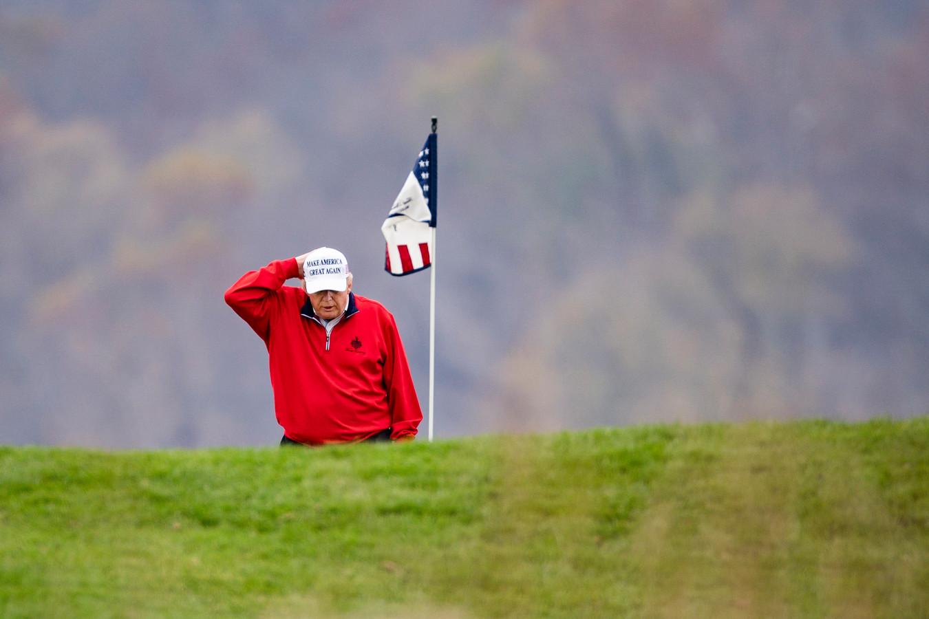 President Trump ging zaterdag golfen op zijn National Golf Club in Sterling in de staat Virginia. Amerikaanse media becijferden dat dat voor de 143ste keer was sinds zijn aantreden als president.