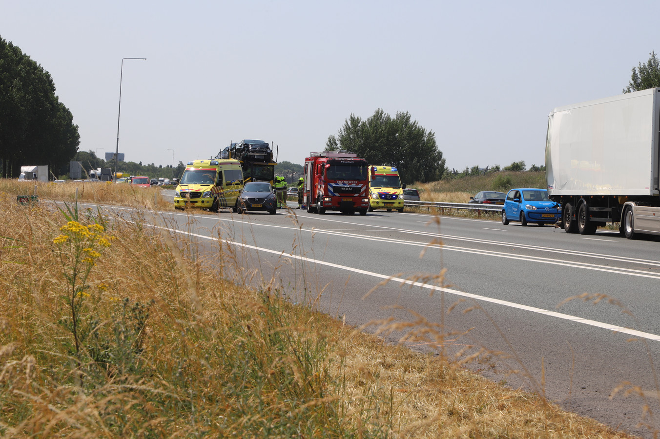 De plek op de A15 waar woensdagmiddag twee vrachtwagens op elkaar zijn gebotst.