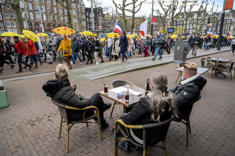 Actiegroep Nederland in Verzet organiseert een vrijheidsmars door het centrum van Amsterdam. Deelnemers aan de mars uitten hun onvrede over de coronamaatregelen. Beeld ANP