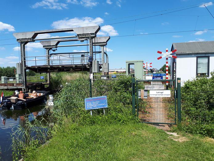 De onbewaakte overweg naast de spoorbrug in de Dubbele Wiericke bij Nieuwerbrug wordt afgesloten.