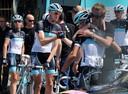 Tom Stamsnijder (midden) voor de start van de vierde etappe in de Giro d'Italia van 2011, een eerbetoon aan de overleden ploeggenoot Wouter Weylandt.