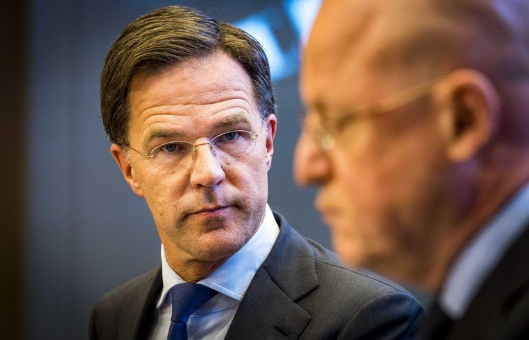 Minister-president Mark Rutte en minister Ferd Grapperhaus (Justitie en Veiligheid) staan de pers te woord op het ministerie Justitie en Veiligheid. Beeld ANP
