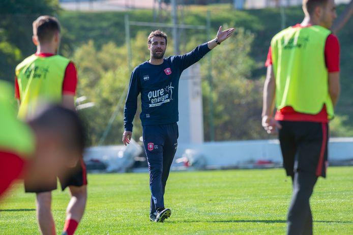 Trainer Gonzalo Garcia wijst zijn spelers de weg op de tweede dag van het trainingskamp.