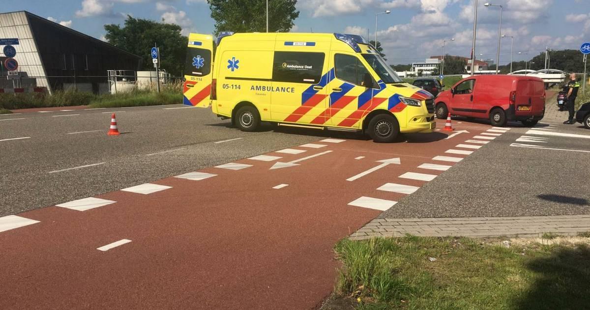 Scooterrijder gewond na botsing met auto op kruising in Enschede.