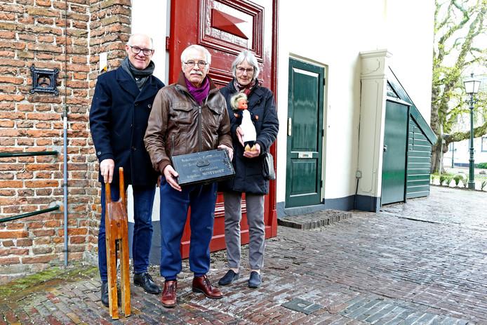 Peter Versloot (links), Bernhard Weber van de Oudheidkamer en Maartje van Dijk - die een boek schreef over het Kasteel - bij de voormalige tuchtschool voor meisjes dat in het Kasteel van Montfoort was gevestigd.