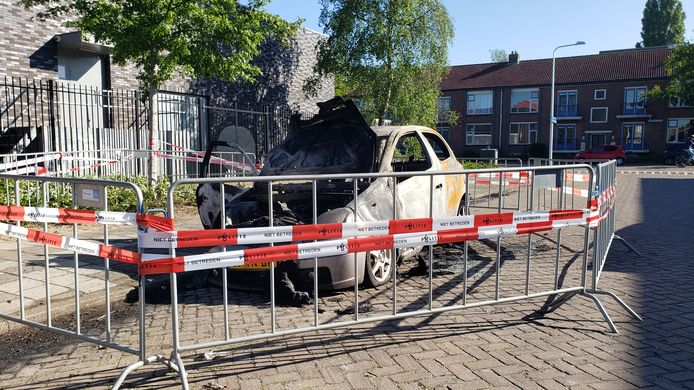 De politie onderzoekt brandstichting aan de Isaäc van Hoornbeekstraat in Zwolle. In de nacht van woensdag op donderdag ging een Toyota Yaris in vlammen op.