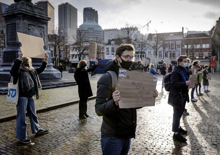Jongeren van het Landelijk Aktie Komitee Scholieren en het Interstedelijk Studenten Overleg demonstreren woensdag in Den Haag voor het heropenen van middelbare scholen, hogescholen en universiteiten. Beeld EPA