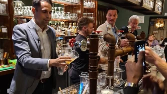 """Tom Van Grieken (Vlaams Belang) tapt pinten in Zoersel: """"We hebben ons visitekaartje afgegeven"""""""