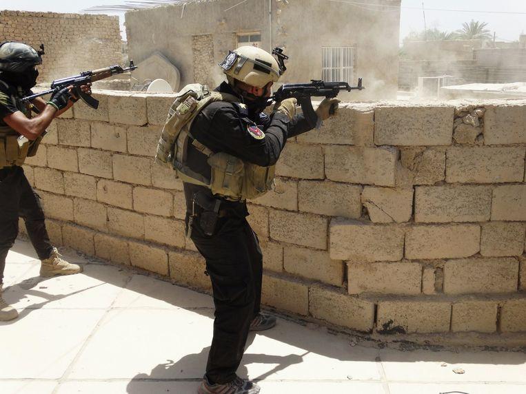 Speciale troepen van het Iraakse leger patrouilleren in Ramadi. Beeld reuters