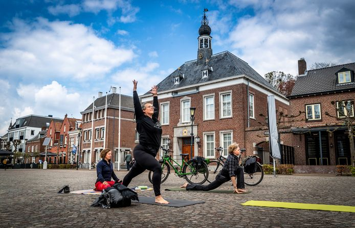 Yogadocenten Lonneke Wouters (m) en Eef Wijn (r) hebben op het Ridderplein in Gemert gezelschap gekregen.