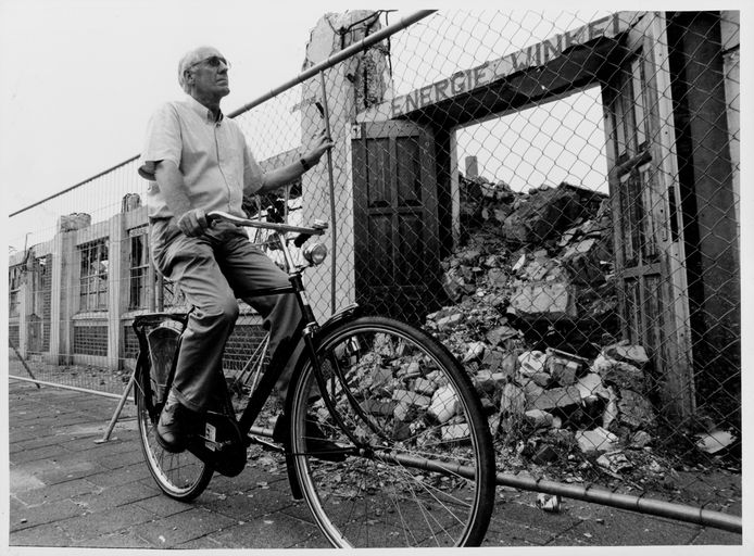 Burgemeester Jan Mans, op de fiets door Enschede, in juli 1994.