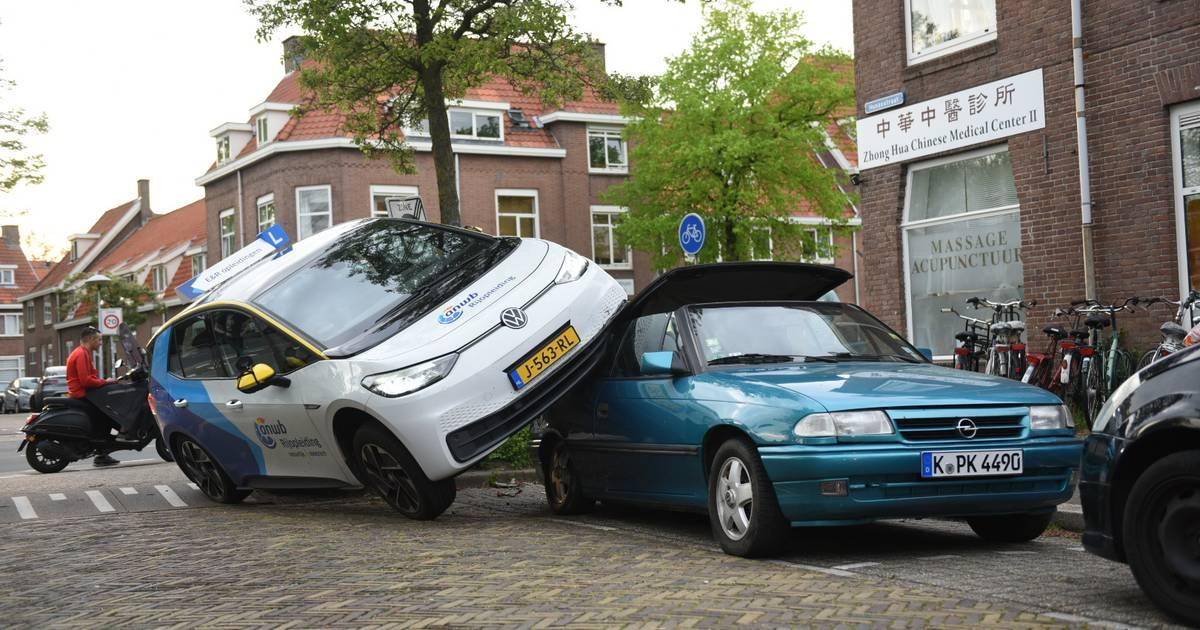Bizar ongeval in Utrecht: lesauto belandt op dak geparkeerde auto.