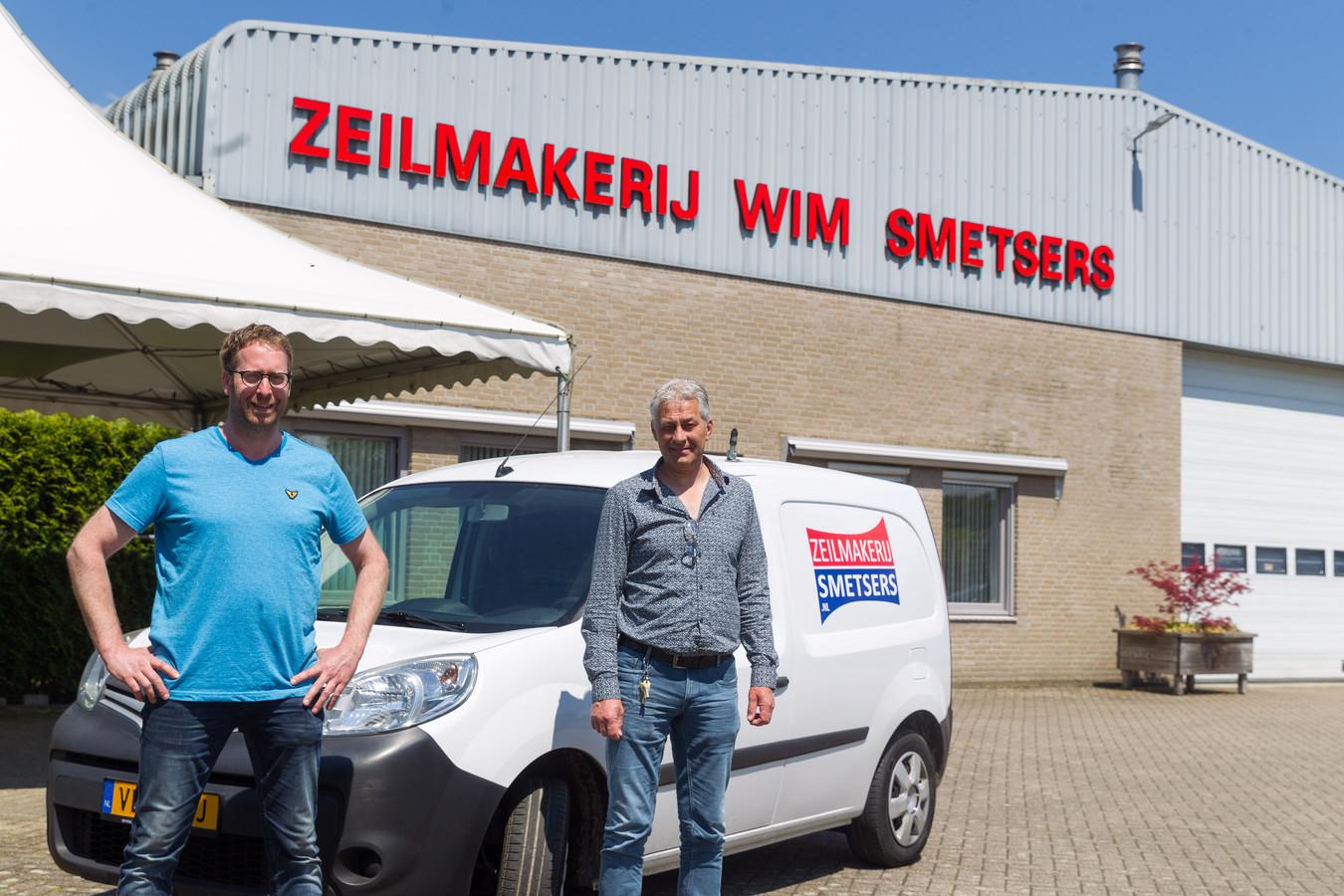 Bas Timmermans (links) van het metaalbedrijf BTM uit Middelbeers neemt de zeilmakerij van de familie Smetsers over. Wim Smetsers neemt daarmee afscheid van de zeilmakerij.
