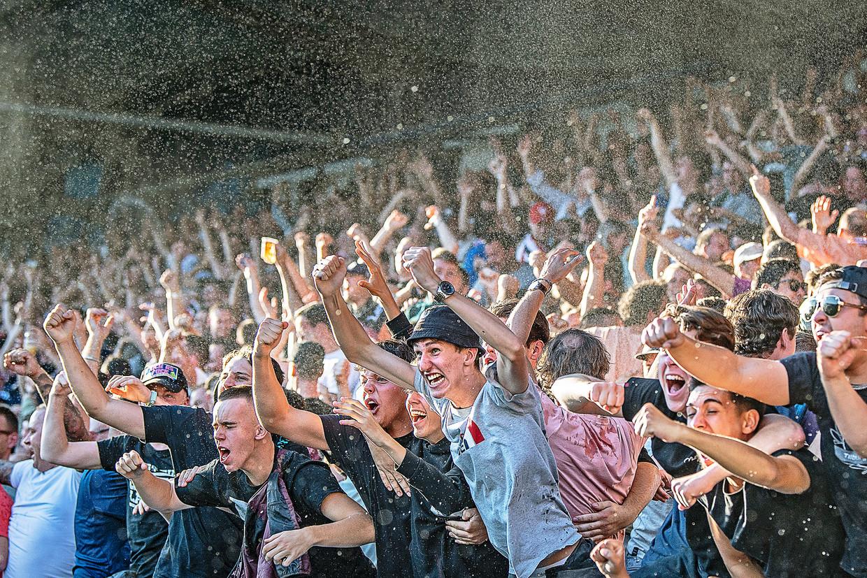 De supporters van Willem II gaan 'los' tijdens het duel met PSV. Beeld Guus Dubbelman / de Volkskrant