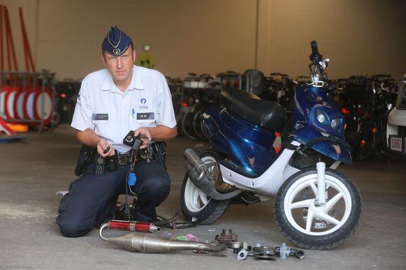 Een politieman bij een opgedreven bromfiets.