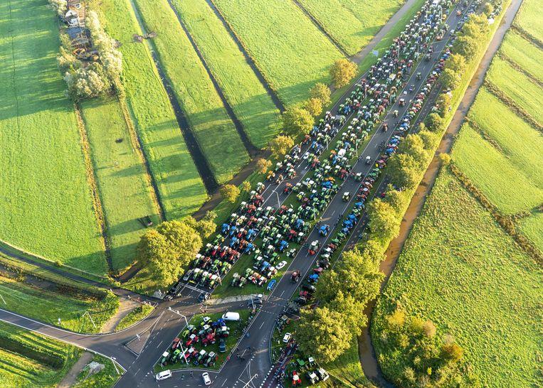 Rond De Bilt is het woensdagochtend druk op de snelwegen, door het boerenprotest tegen het stikstofbeleid.  Beeld Jerry Lampen / ANP