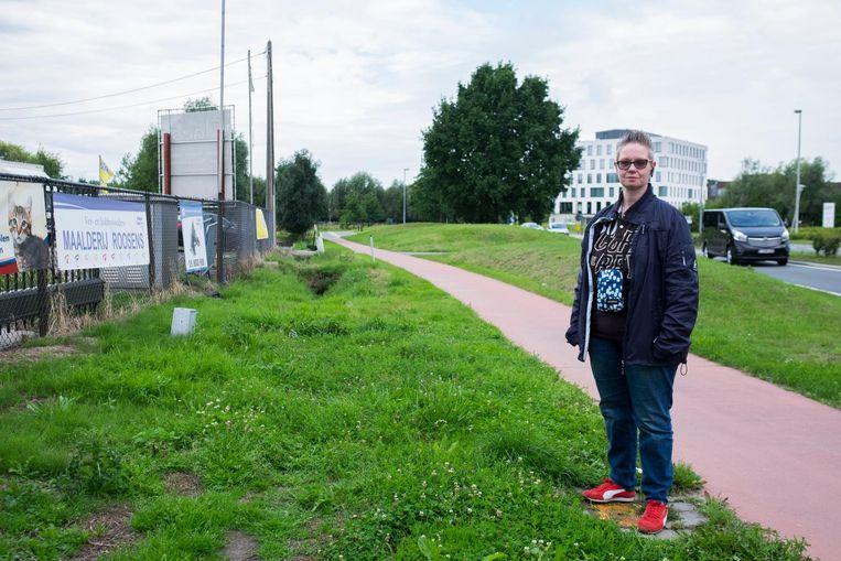 Anja Van de Wal op de plek vlak bij het UZA waar haar zus Ellen werd vermoord.