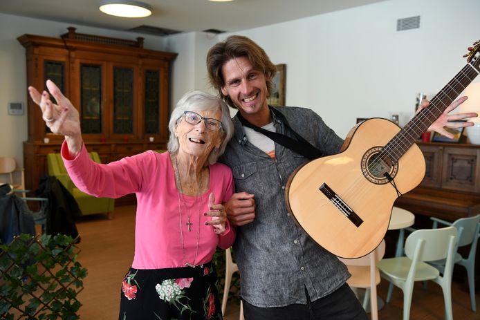 Theater Hart werkt met de bewoners van Meerminnehof aan een voorstelling naar aanleiding van Wereld Alzheimer Dag.