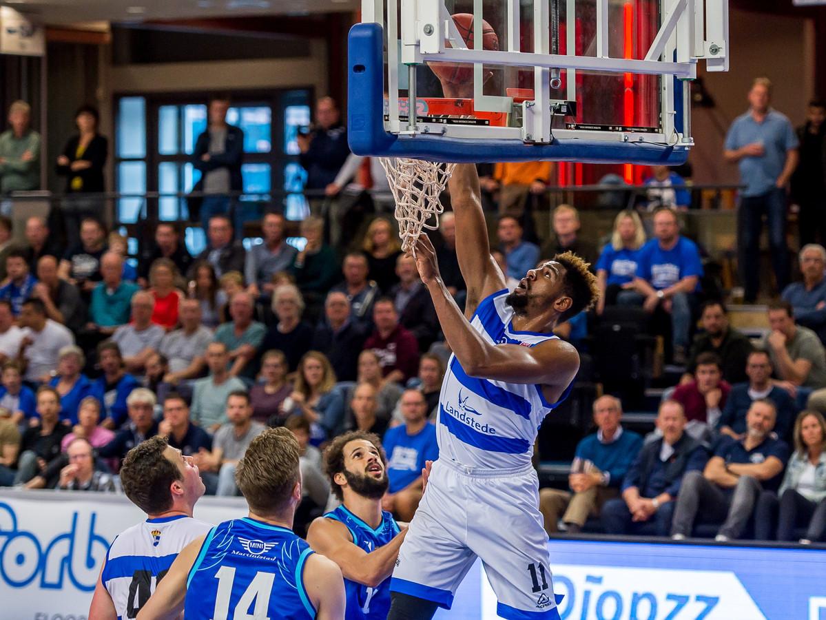Basketbal voor volle zalen - zoals Mohamed Kherrazi bij Landstede tegen Donar - laat nog maanden op zich wachten.