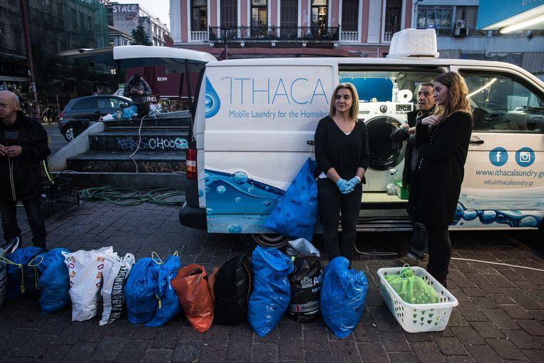 In een bestelbusje van de hulporganisatie Steps draaien wasmachines, op een plein in Athene Beeld Zolin Nicola