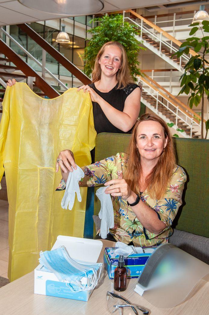 Angela Roos (links) en Petra van der Schaaf van Vierstroom Zorg Thuis met beschermende materialen tegen het coronavirus.