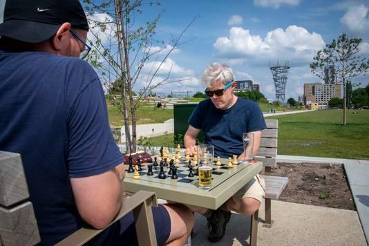 De schaaktafels in de openlucht zijn een succes in het Spoorpark.