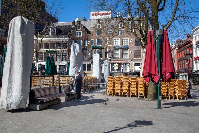 Op het Leidseplein is het stil, de terrasstoelen staan opgestapeld. De horecapanden zijn gesloten.