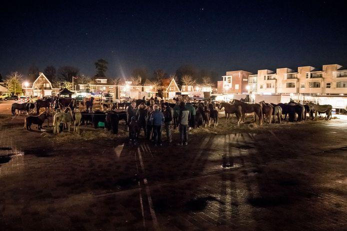De paardenmarkt op De Höfte (plein voor gemeentehuis) in Goor.
