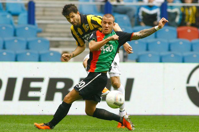 Historisch beeld van de Gelderse derby. Dalibor Stevanovic duelleert in april 2011 voor Vitesse met NEC'er John Goossens.