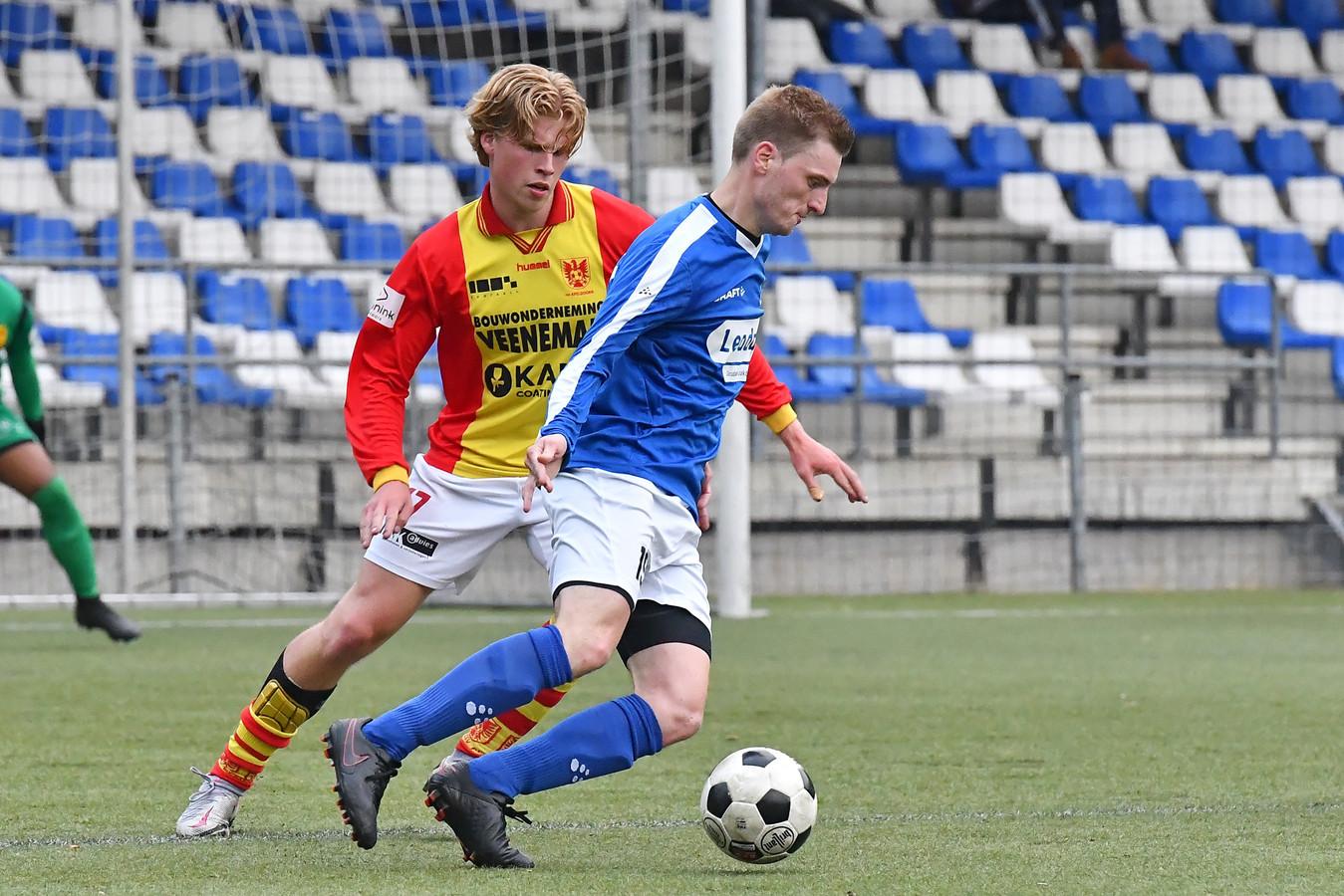 Fedde Dibbink van CSV Apeldoorn duelleert met AGOVV-speler Lars Hoekman.