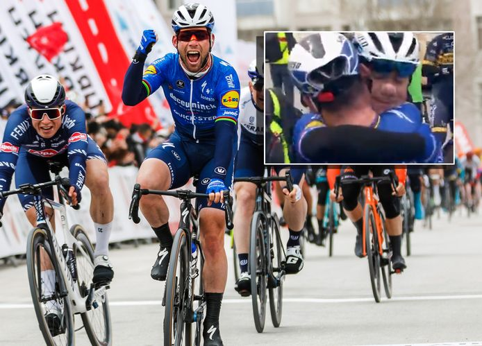 Mark Cavendish wint in Konya. Inzet: na zijn zege valt de Brit Fabio Jakobsen in de armen.