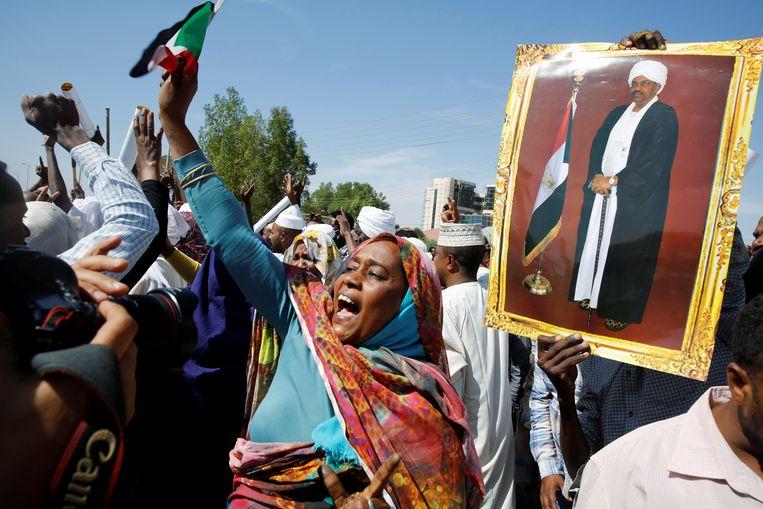 Aanhangers van de voormalige Soedanese president Bashir protesteren tegen de veroordeling van hun idool. Beeld REUTERS