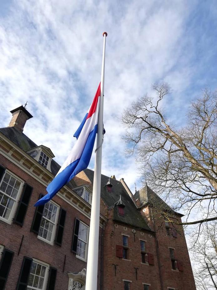 Bij het gemeentehuis van Lingewaard in Bemmel hangt de vlag halfstok voor de slachtoffers van de aanslagen in Sri Lanka.