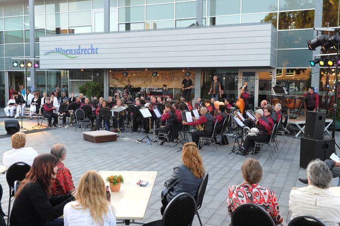 Het weer zat De Scheldezonen mee bij dit midzomerconcert in 2010 op het voorplein van MFC Kloosterhof in Hoogerheide, samen met popkoor Dazzle.