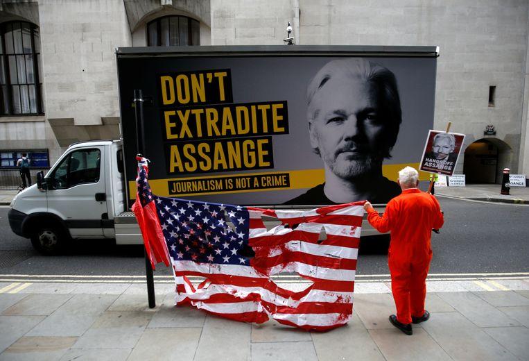 Aanhangers van Julian Assange voor het gerechtsgebouw in Londen, 9 september 2020. Assange is in afwachting van zijn uitlevering aan de VS.  Beeld Reuters