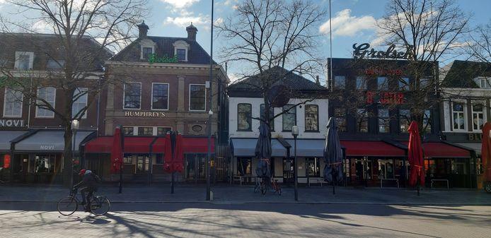 De Oude Markt in Enschede, met gesloten cafés vanwege de lockdown.