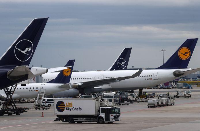 Lufthansa-toestellen op de luchthaven van Frankfurt.