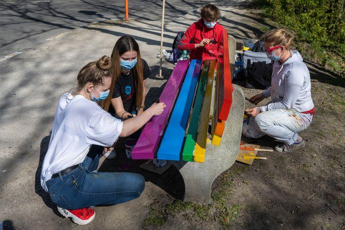 Een hele zaterdag lang schilderden Lotte en Cheyenne, met de hulp van Paulien en Griet, aan de regenboogbank. Toen ze na het weekend de laatste details wilden afwerken, bleek de bank verdwenen.