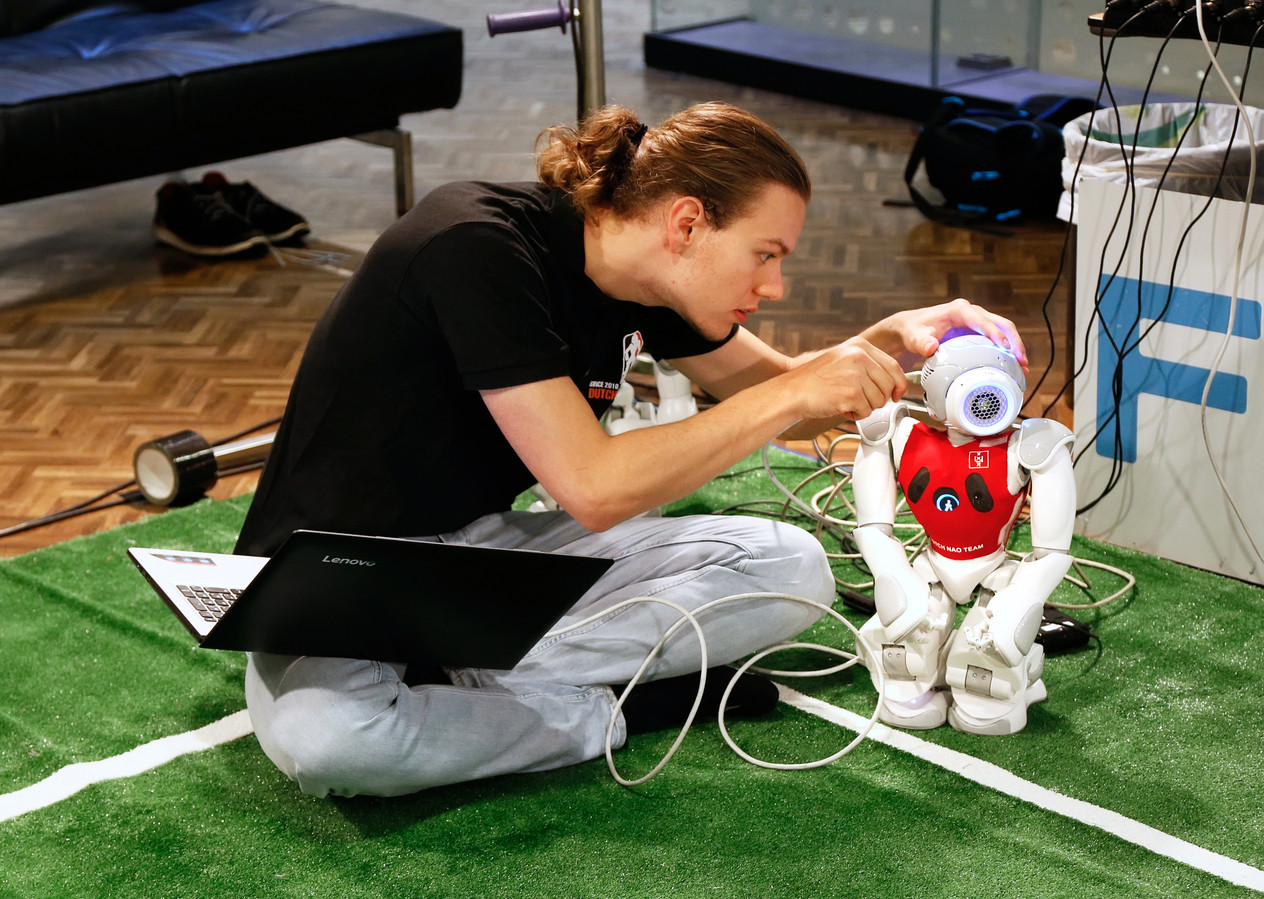 Student bouwt aan een robot. Ter illustratie.