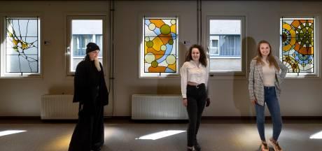 Lichtpuntjes in Máxima Medisch Centrum in Veldhoven: studenten fleuren de gang op met herdenkingsramen