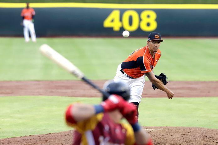 Oranje-pitcher Juancarlos Sulbaran in actie tegen Venezuela.