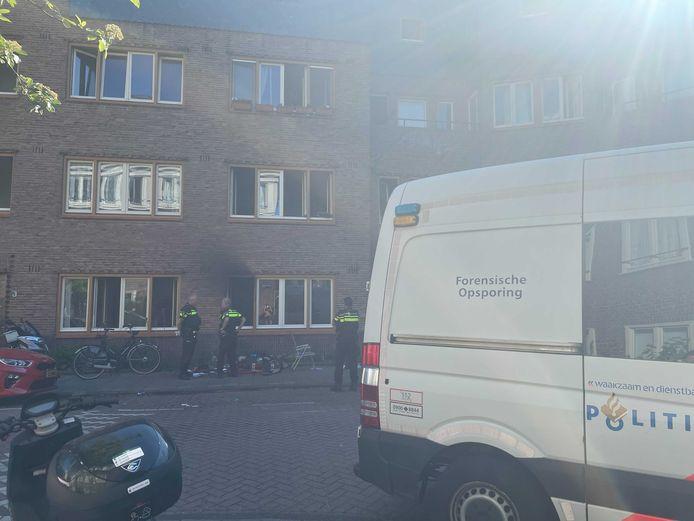 De uitgebrande woning in de Sportstraat in Amsterdam Zuid.