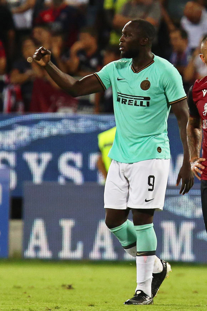 epa07811712 Inter's Romelu Lukaku celebrates after scoring the 2-1 lead from the penalty spot during the Italian Serie A soccer match between Cagliari Calcio and Inter Milan at Sardegna Arena Stadium in Cagliari, Italy, 01 September 2019.  EPA/FABIO MURRU